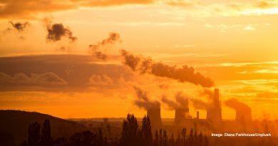 бълващи вредни емисии заводи