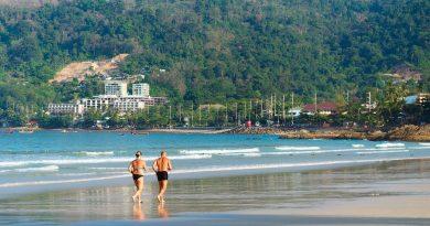 двойка бяга на брега
