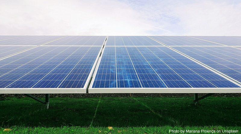 слънчеви панели на зелени площи