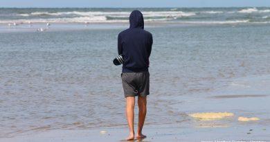 момче на брега