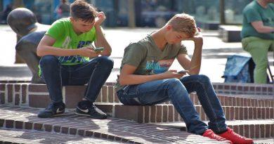 младежи със смартфони
