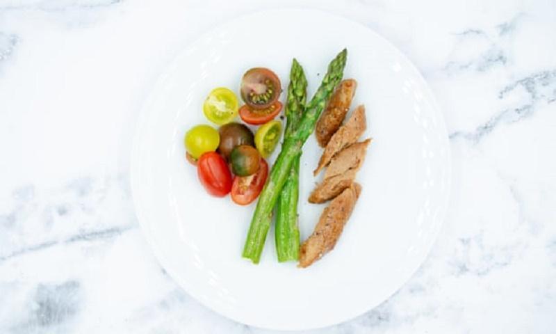 пилешко месо от въздух с аспержи и доматки