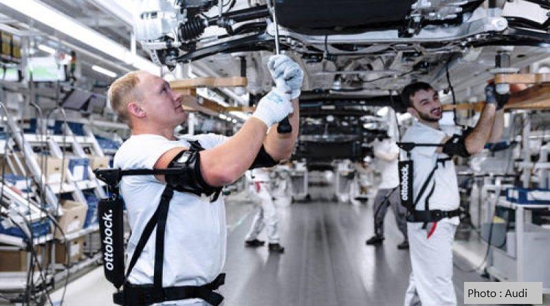 работници, използващи екзоскелети