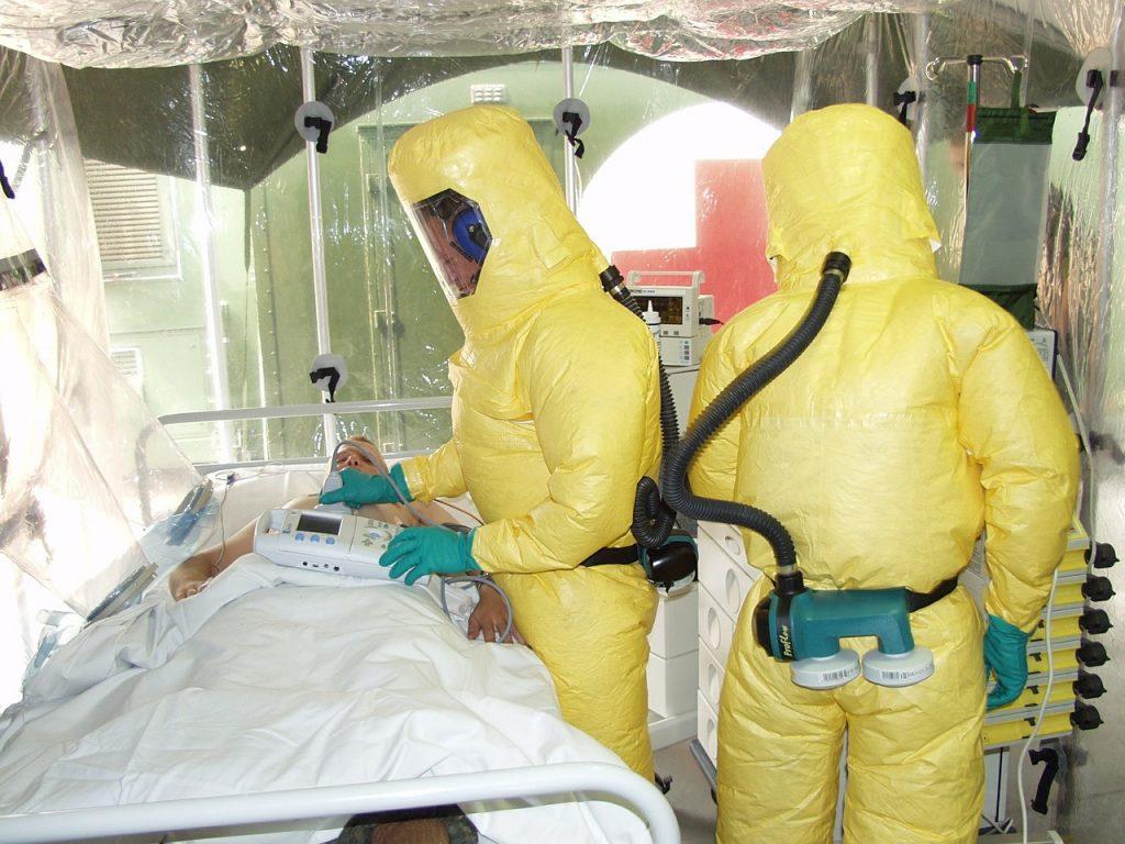 Лекари лекуват Ебола