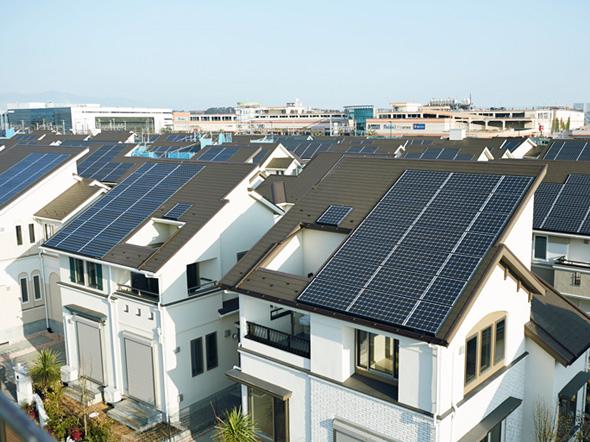 слънчеви панели на покривите на къщите
