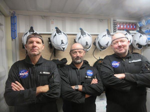 Участниците в експедицията с прикепените устройства Muse EEG