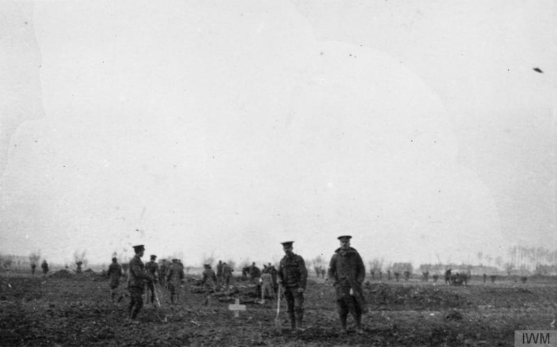 Германски и британски войници погребват на Коледа 1914 година  заедно убитите си колеги