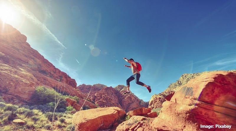 мъж, бягащ в планината